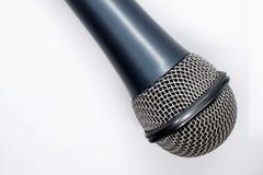 Micrófono gris en el fondo blanco fotos de archivo
