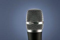 Micrófono inalámbrico en fondo azul Fotografía de archivo libre de regalías