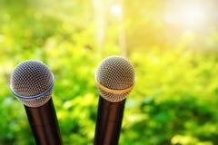 Micrófono negro de dos metales para el discurso o la comunicación en verde imágenes de archivo libres de regalías