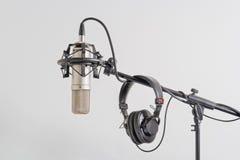 Micrófono profesional con los auriculares en un soporte Fotos de archivo