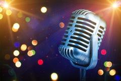 Micrófono retro con las luces de la etapa Fotografía de archivo libre de regalías