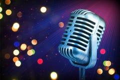 Micrófono retro con las luces de la etapa Imagen de archivo libre de regalías