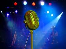 Micrófono retro con los reflectores azules Foto de archivo libre de regalías