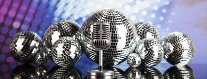 Micrófono retro del estilo, fondo de la música Fotos de archivo libres de regalías