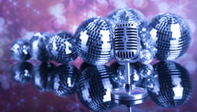 Micrófono retro del estilo, fondo de la música Fotografía de archivo libre de regalías