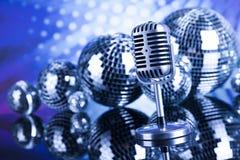 Micrófono retro del estilo, fondo de la música Imagenes de archivo