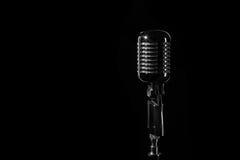 Micrófono retro del vintage aislado en negro Foto de archivo libre de regalías
