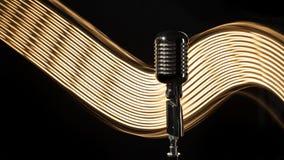 Micrófono retro del vintage en el fondo negro Imagenes de archivo