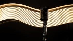 Micrófono retro del vintage en el fondo negro Imagen de archivo libre de regalías