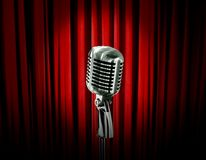 Micrófono retro y cortina roja Foto de archivo libre de regalías