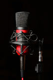 Micrófono rojo del estudio de grabación con el soporte de choque Fotos de archivo libres de regalías