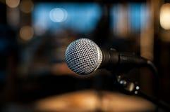 Micrófono vocal en el fondo de la luz colorida foto de archivo libre de regalías