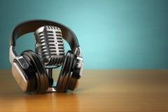 Micrófono y auriculares del vintage en fondo verde Concepto a stock de ilustración