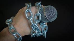 Micrófono y cadena La libertad de prensa es concepto en peligro - concepto del día de la libertad de prensa del mundo Fotos de archivo