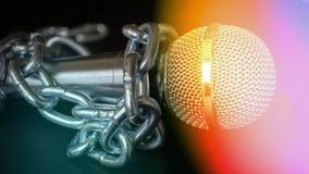 Micrófono y cadena La libertad de prensa es concepto en peligro - concepto del día de la libertad de prensa del mundo Imágenes de archivo libres de regalías