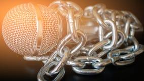 Micrófono y cadena La libertad de prensa es concepto en peligro - concepto del día de la libertad de prensa del mundo Imagenes de archivo