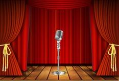 Micrófono y cortina roja Imagenes de archivo
