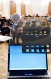 Micrófono y cuaderno en la conferencia. Imagen de archivo libre de regalías