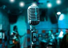 Micrófono y músicos Fotos de archivo libres de regalías