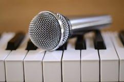 Micrófono y piano Imagen de archivo libre de regalías