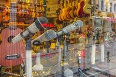 Micrófonos adornados en escaparates Fotografía de archivo