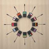 Micrófonos con las banderas de los países diferentes alrededor Foto de archivo libre de regalías