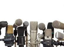 Micrófonos de la reunión de la conferencia en el fondo blanco Imágenes de archivo libres de regalías