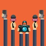 Micrófonos en manos del reportero Sistema de micrófonos y de registradores en manos Medios de comunicación, televisión, entrevist stock de ilustración