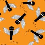 Micrófonos negros con las alas Modelo inconsútil Ejemplo del vector en fondo anaranjado Imagenes de archivo