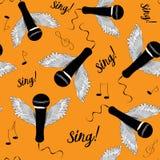 Micrófonos negros con las alas y las notas de la música ¡Cante! Modelo inconsútil Ejemplo del vector en fondo anaranjado Fotos de archivo libres de regalías