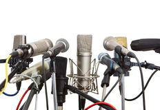 Micrófonos preparados para la reunión de la conferencia. Foto de archivo