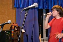 Micrófonos y cantante Foto de archivo