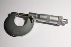 Micrómetro en el fondo blanco, primer foto de archivo libre de regalías