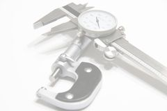 Micrómetro y fondo del Web del calibrador Imagenes de archivo