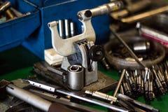 Micrômetro e outras ferramentas para furar e cortar a mentira na tabela, close-up do metal, fabricando imagens de stock