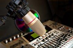 Micrófono de la grabación del estudio con el equalizador de los sonidos Foto de archivo