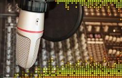 Micrófono de la grabación del estudio con el equalizador de los sonidos Imagen de archivo libre de regalías