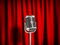 Micrófono del vintage sobre las cortinas rojas Imagenes de archivo