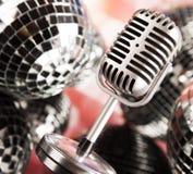 Micrófono del vintage y fondo de la música Imagenes de archivo