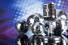 Micrófono del vintage y fondo de la música Imagen de archivo libre de regalías