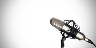 Micrófono dinámico en un fondo blanco Fotos de archivo