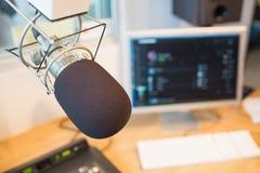 Micrófono en la estación de radio Foto de archivo libre de regalías