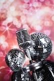 Micrófono retro del estilo, fondo de la música Imágenes de archivo libres de regalías