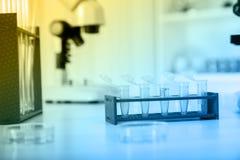 Micro- buizen met biologische monsters in laboratorium Stock Foto's