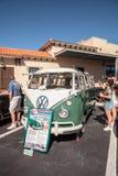Micro bus verde e bianco 1967 di Volkswagen al Car Show classico del trentaduesimo deposito annuale di Napoli fotografia stock