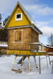 Micro-maison sur les tronçons du bouleau pour l'activité de gosses Image libre de droits