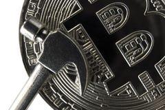 Micro martelo sobre a face frontal do bitcoin de prata Close-up fotos de stock