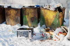 Micro-onde dans le junkyard photographie stock libre de droits