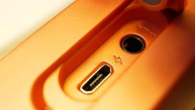Micro porta USB sull'altoparlante arancio portatile senza fili video d archivio