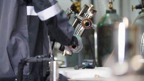 Micro saldatura Lavorando con il dettaglio d'acciaio alla fabbrica stock footage